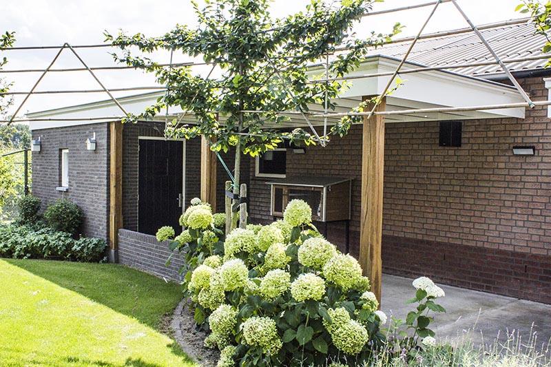 Aanbouw en overkapping in de tuin